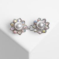 Зажим для кардигана Цветы, цвет радужно-белый в серебре 4981524